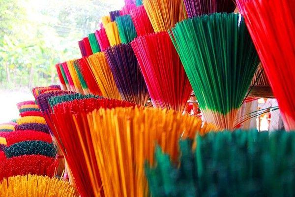 chân hương nhuộm màu bắt mắt phatgiao.org.jpg