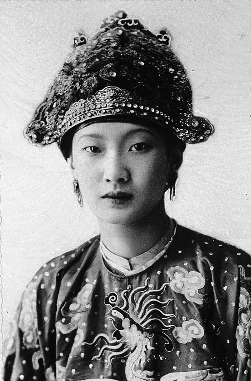 800px-Portrait_of_Empress_Nam_Phuong_during_her_Wedding_Day,_1934