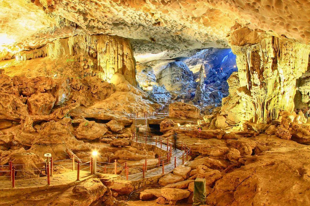 Tham quan hang Sửng Sốt - một trong những đệ nhất động tại Vịnh Hạ Long
