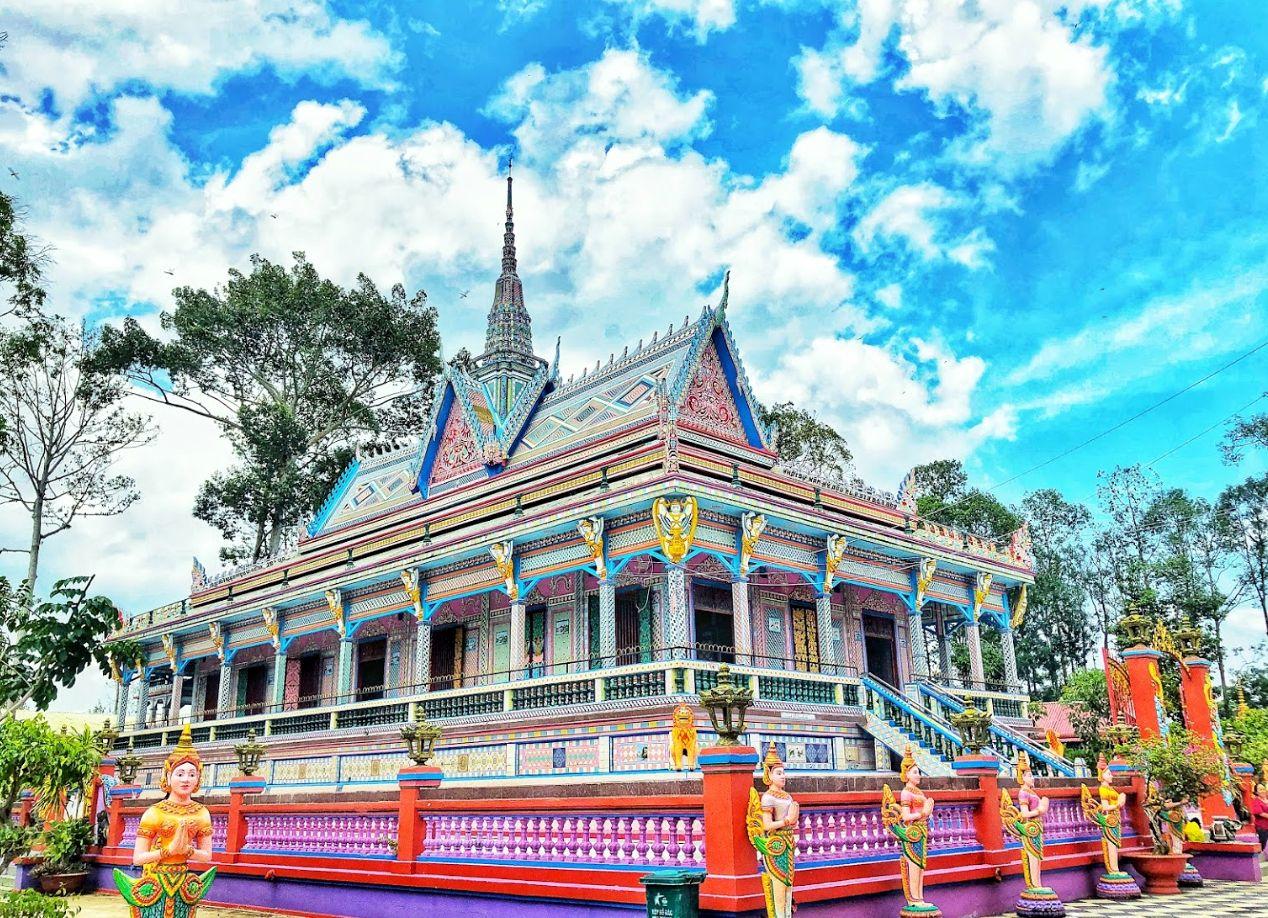 Ấn tượng Chùa Sà Lôn của người Khmer được xây dựng từ chén đĩa