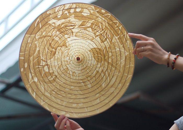 Độc đáo nghệ thuật làm nón Trúc chỉ từ giấy ở cố đô Huế