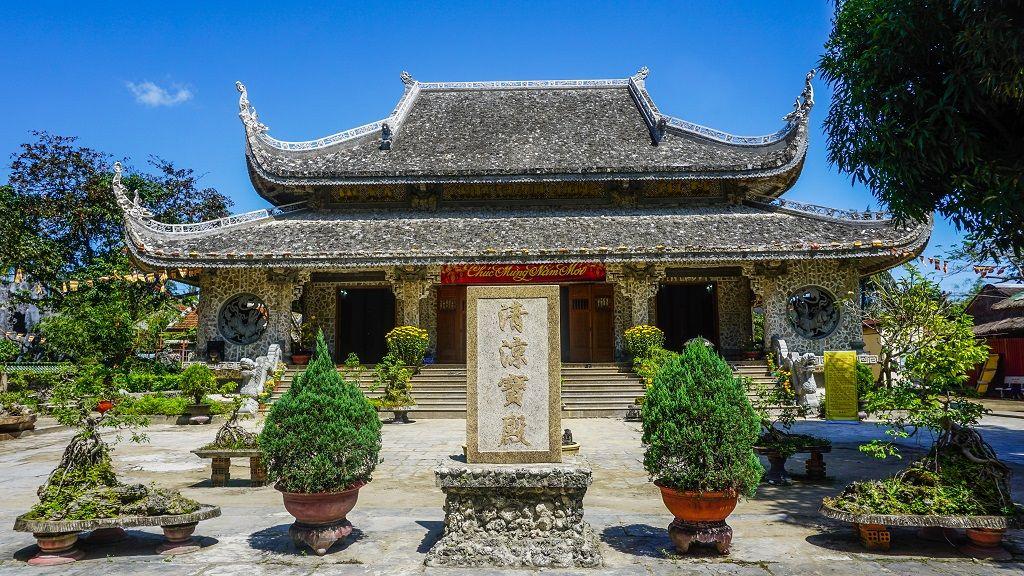 Ghé thăm ngôi chùa được xây bằng san hô và gáo dừa độc đáo ở Phú Yên
