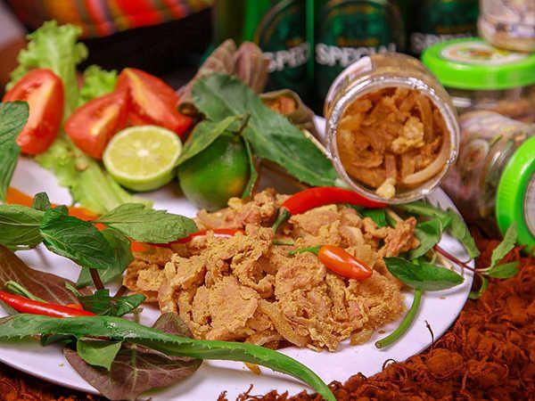Thưởng thức thịt chua - món đặc sản của người Mường ở Phú Thọ