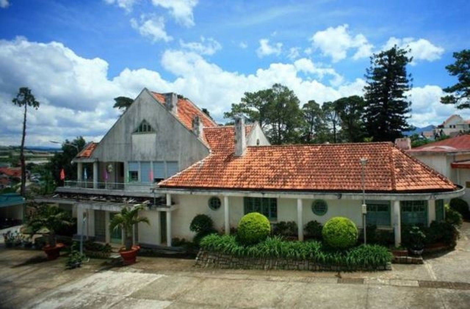 Discovering the mysterious palace with a shelter in Da Lat city