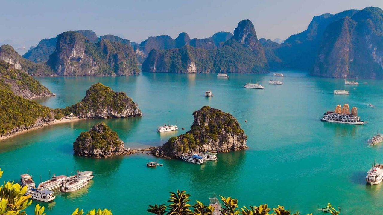 What does Ha Long Bay have that makes it one of the new seven natural wonders of the world?