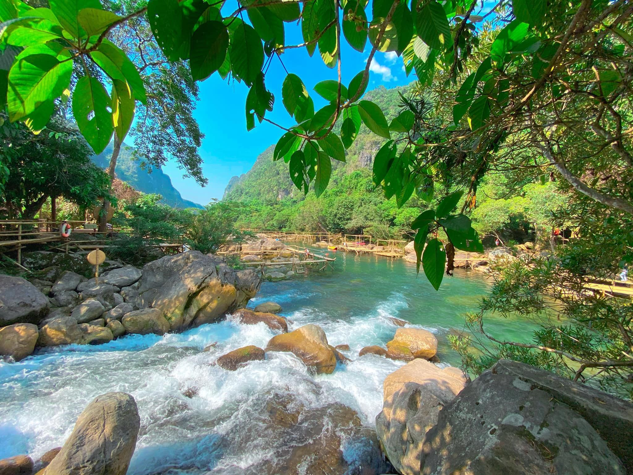 Visit the beautiful spring that 'rises' from the ground in Quang Binh province