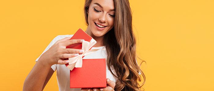 デートやプレゼントを純粋に喜んでもらえる - 恋愛経験が少ない女性がモテる理由
