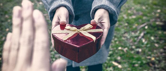 プレゼントを身につけてくれない - 不倫する既婚者の特徴