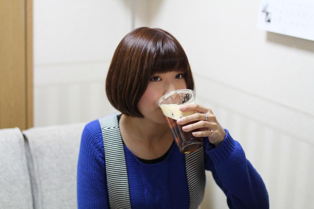 天野麻菜さんよい飲みっぷりですね:ビール好きな彼にプレゼントしたい、バレンタインギフトにおススメのクラフトビール(天野麻菜×yucco)