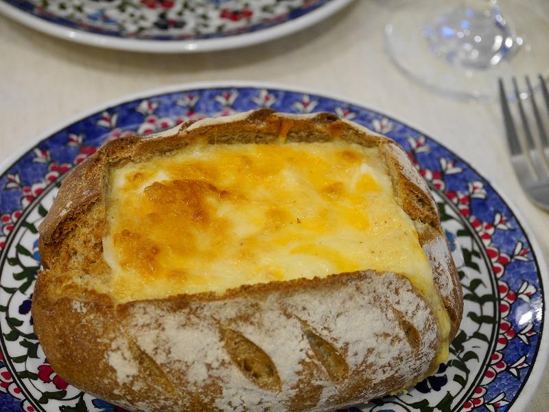 本日は卵とクリームを使って作るフランス、アルザス・ロレーヌ地方の郷土料理「キッシュ」をご紹介します。キッシュは作ってみると意外に簡単なのですが、仕事帰りに作るにはパイ生地を用意して焼くのが面倒!そんな時にはパンドカンパーニュを使えば、簡単に美味しいキッシュが完成です!