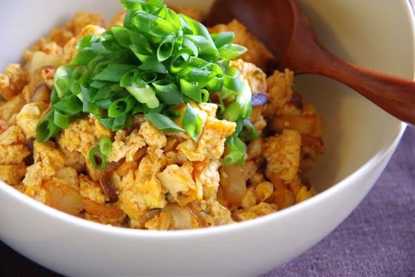 スプーンで食べるキムチのいり豆腐