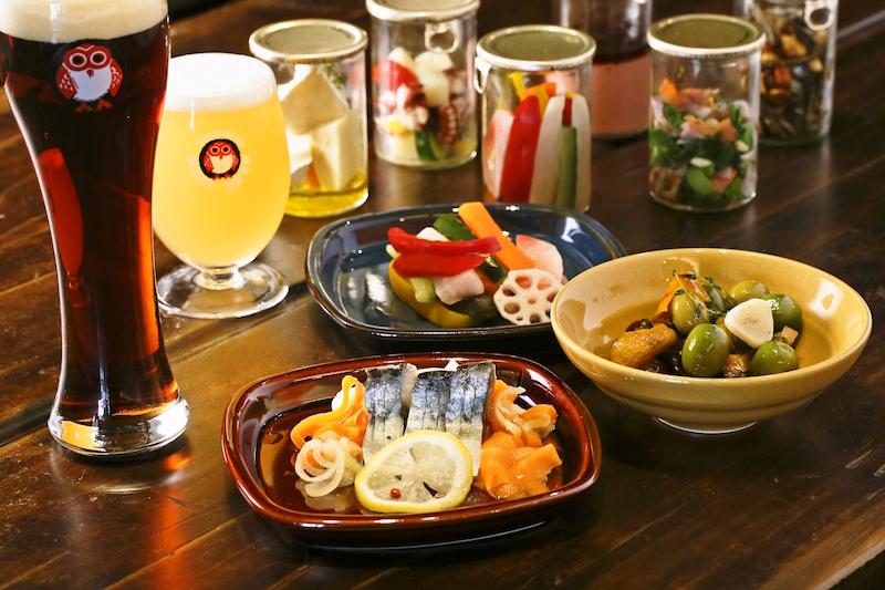 ふくろうマークでお馴染みの木内酒造「常陸野ネストビール」都内2号店!お店には約10種類の「常陸野ネストビール」や、20種類のフードを用意。お酒のカップに料理を詰めたユニークなおつまみ「BIN'S FOOD」や、オリジナルビネガーでマリネした茨城県産の肉厚なサバを使用した「常陸野さばサンド」など新感覚のおつまみが全部で20種類。