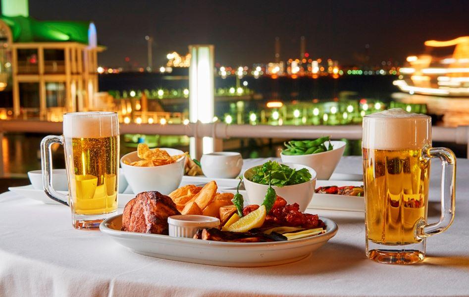 """横浜みなとみらいにある「ヨコハマ グランド インターコンチネンタル ホテル」では、夏季限定の「ベイサイドビアガーデン はまビア!」がオープンします。都会にいながら """"海に一番近い"""" 絶好のテラス席で、リゾート気分を味わいながら、本格グルメ料理と生ビールを楽しむことができます。"""