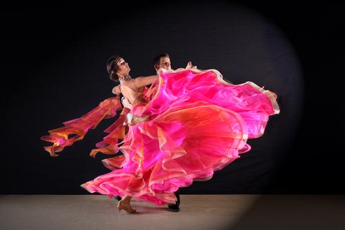 社交ダンスのワルツとは|成り立ちや基本的な動きを解説