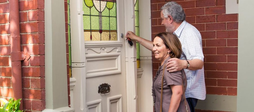 Couple-knocking-on-door-2000x1500-1024x7681