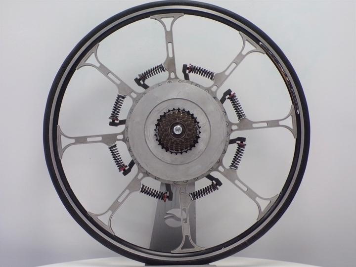 世紀の大発明。電気要らずで乗り手の体重を推進力に変える、バネだらけの自転車ホイール | ギズモード・ジャパン
