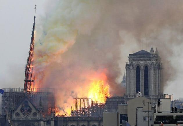 パリ・ノートルダム大聖堂で火災、尖塔崩れ落ちる (写真=AP) :日本経済新聞