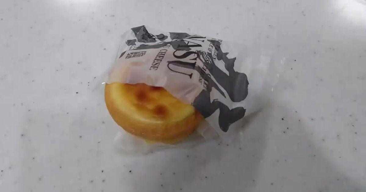 【何故!?】百貨店で購入してきたチーズケーキ…個包装の袋を開けて一口かじったら食品サンプルだった「わーいチーズケーキー♡の気分を返してほしい」 - Togetter
