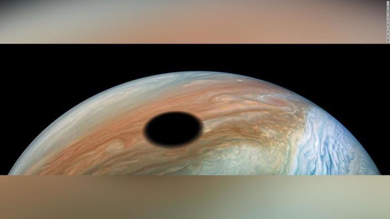 CNN.co.jp : 木星に浮かぶ巨大な「黒い円」発見、直径3540キロ NASA