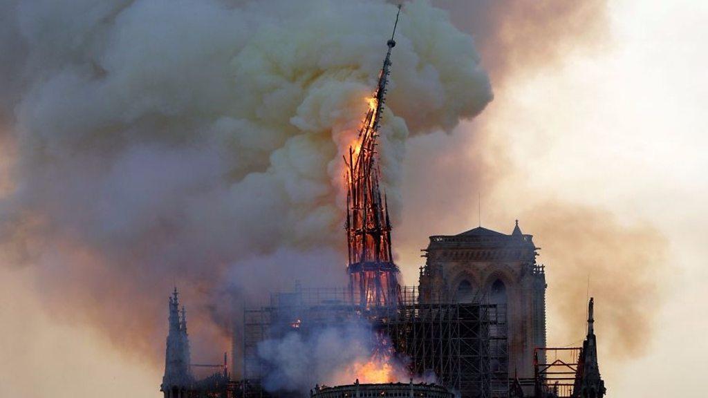 ノートルダム大聖堂で大火災 尖塔と屋根が崩落 - BBCニュース