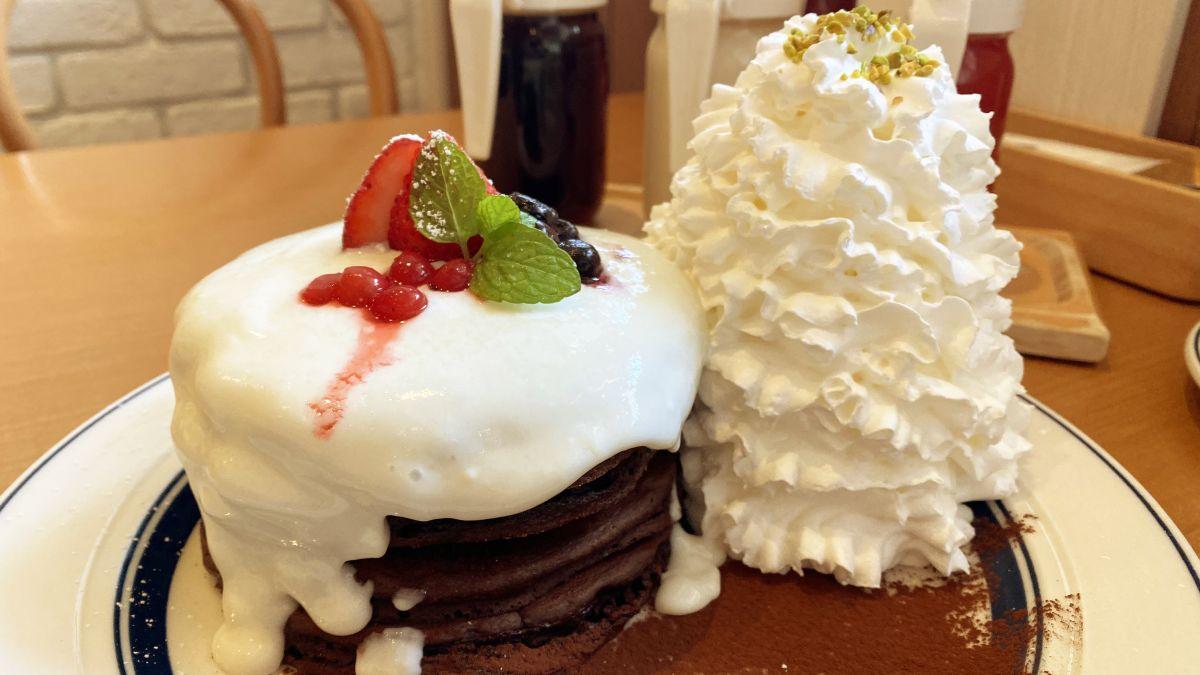 濃厚ミルククリームがほろ苦いショコラパンケーキにたっぷりかかった期間限定「クリスマスショコラショートパンケーキ」をEggs'n Thingsで食べてみた - GIGAZINE