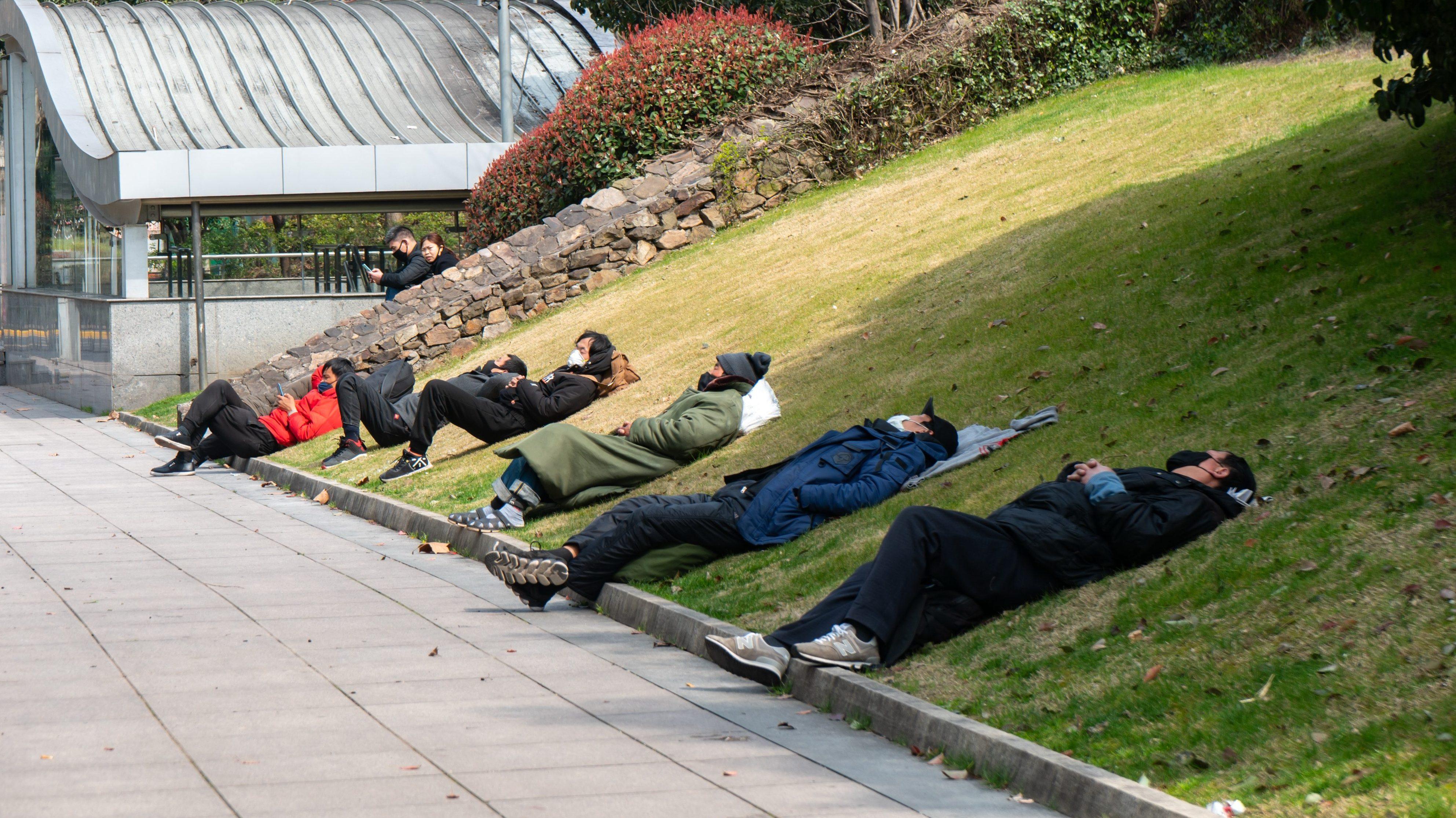 中国の若者に広がる「寝そべり族」 向上心がなく消費もしない寝そべっているだけ主義   急激な台頭に政府もピリピリ?   クーリエ・ジャポン