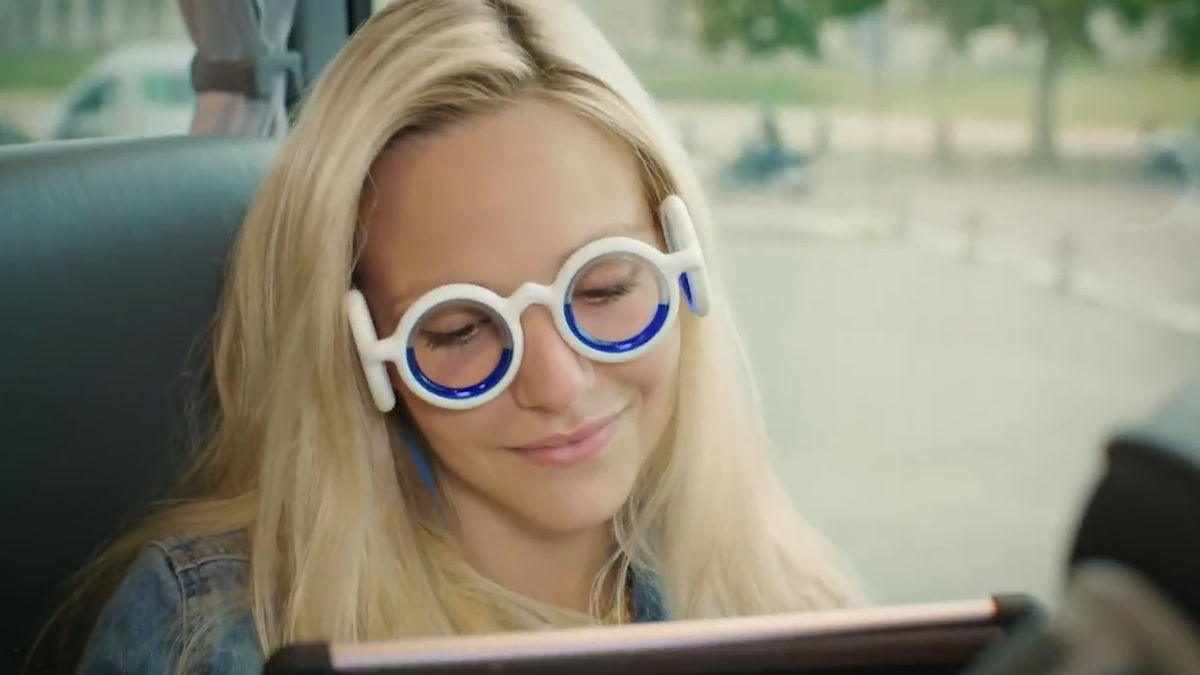 「かけるだけで乗り物酔いを防ぐメガネ」が開発される - GIGAZINE