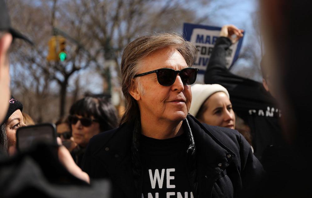 ポール・マッカートニー、アビイ・ロード・スタジオ前の横断歩道を渡る映像が公開 | NME Japan