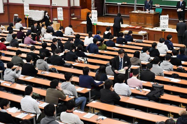 大学新入試にプログラミング 首相「現代のそろばん」  :日本経済新聞