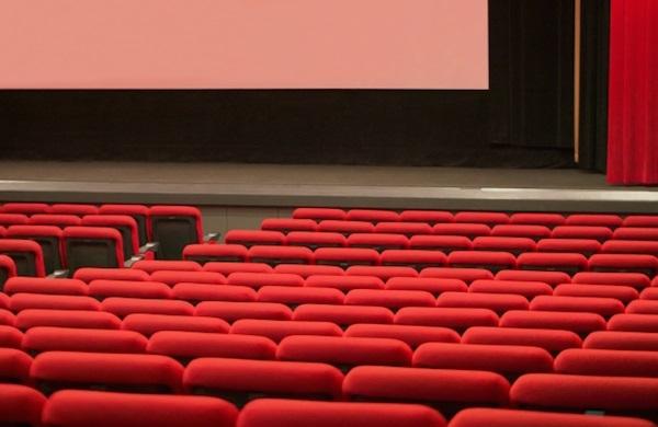 映画上映中にスマホいじりする若者、「2時間は耐えられない」 | マネーポストWEB