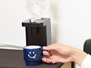 サンコー、ペットボトルを挿すと2秒で熱湯が出る「瞬間湯沸かしケトル ホットウォーターサーバーmini」 - 家電 Watch