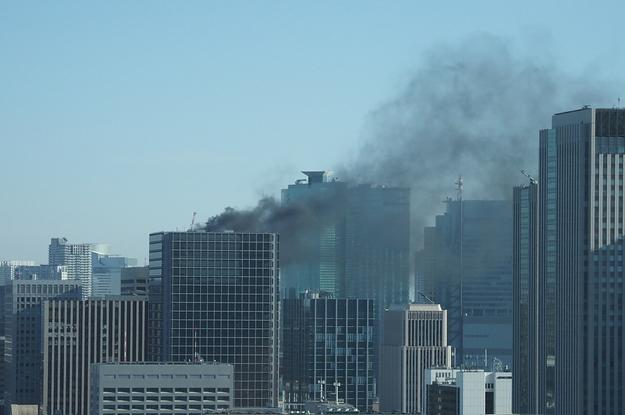 新橋で建設中の高層ビルから出火、屋上に逃げ遅れか