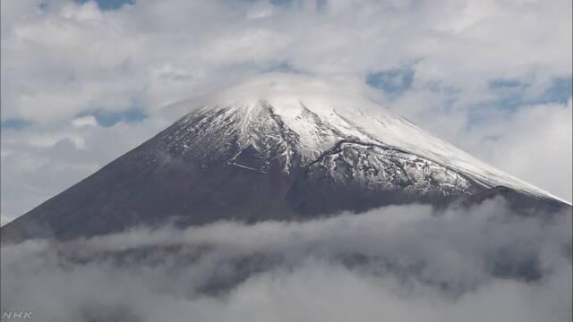 富士山で初冠雪を観測 平年より22日遅く | NHKニュース