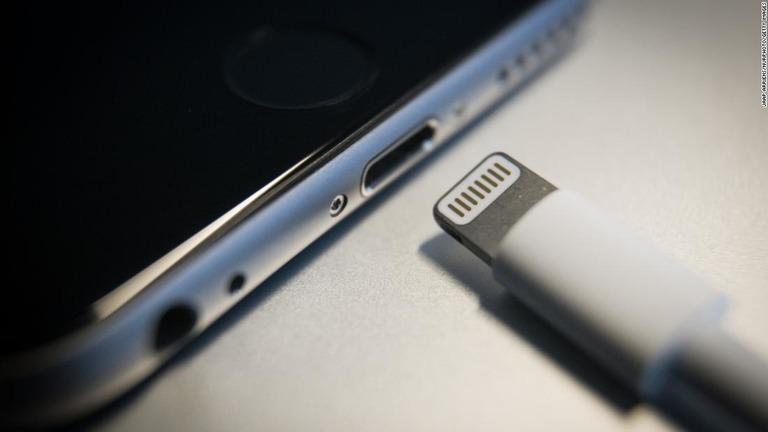 CNN.co.jp : 次期iPhone、ライトニングケーブルを廃止か