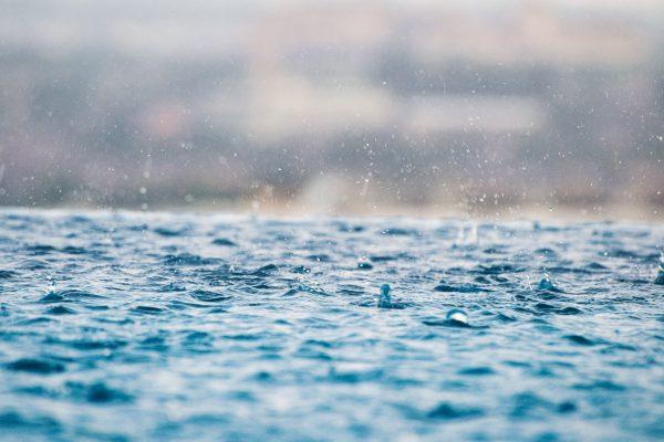 雨降れば必ず土砂降り 英語 when it rains it pours 意味