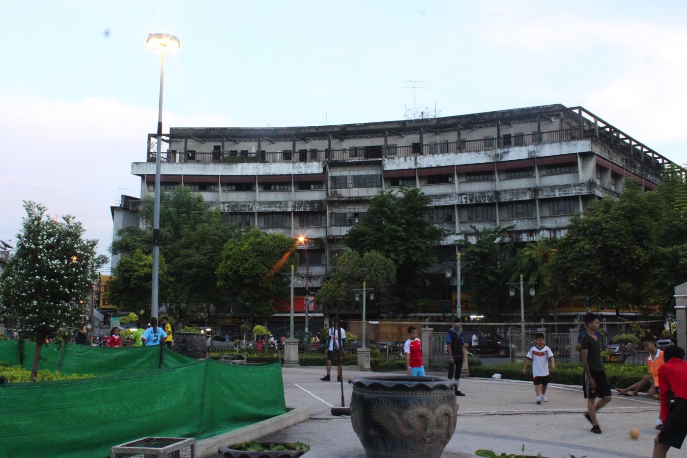 2016年に訪れた今はなきジュライホテル。目の前に広がる7月22日ロータリーも今では子供たちの遊び場だ