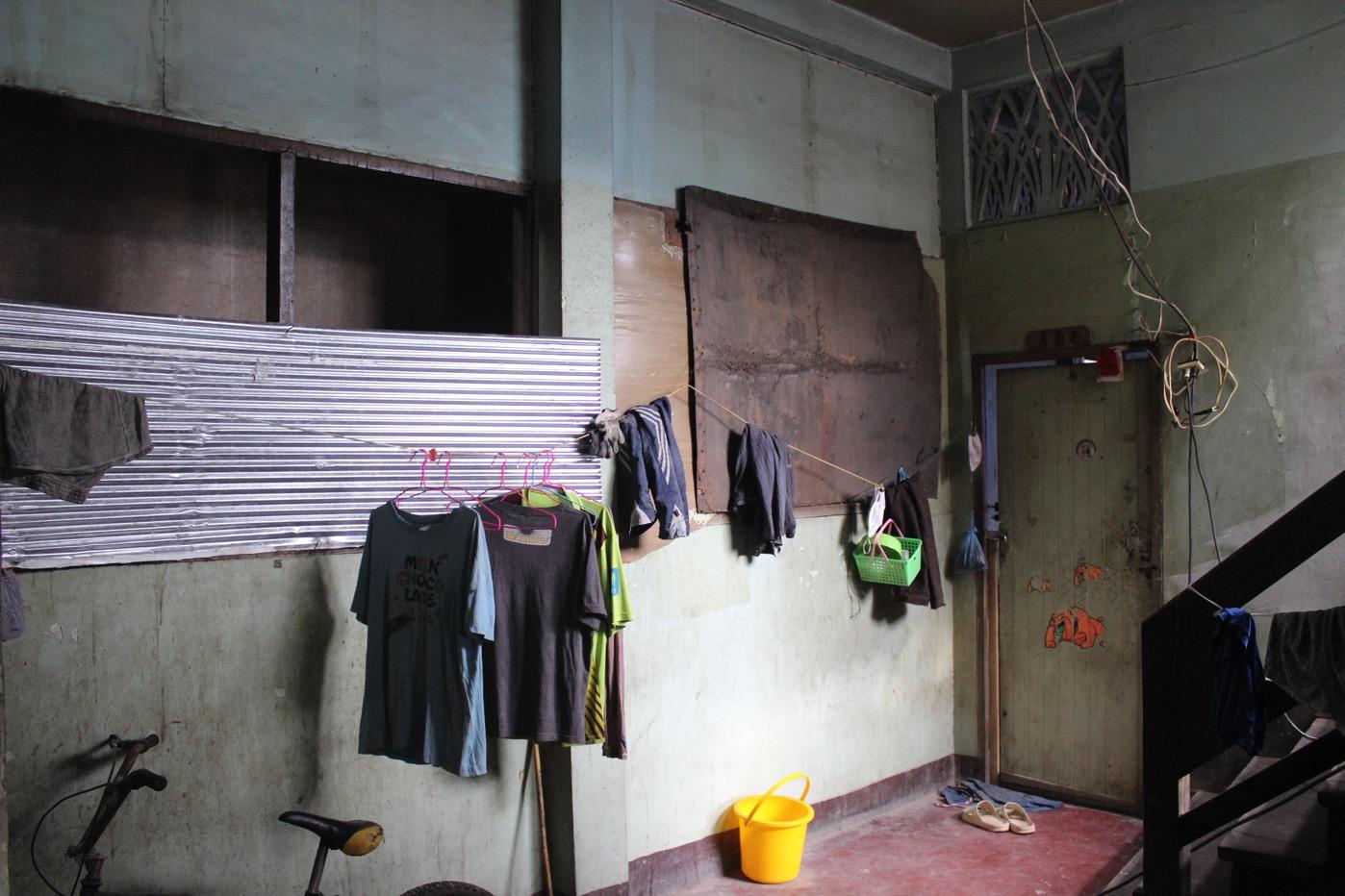 楽宮大旅社。中に入ると工事をしていた。労働者のアパートに改装しているらしい