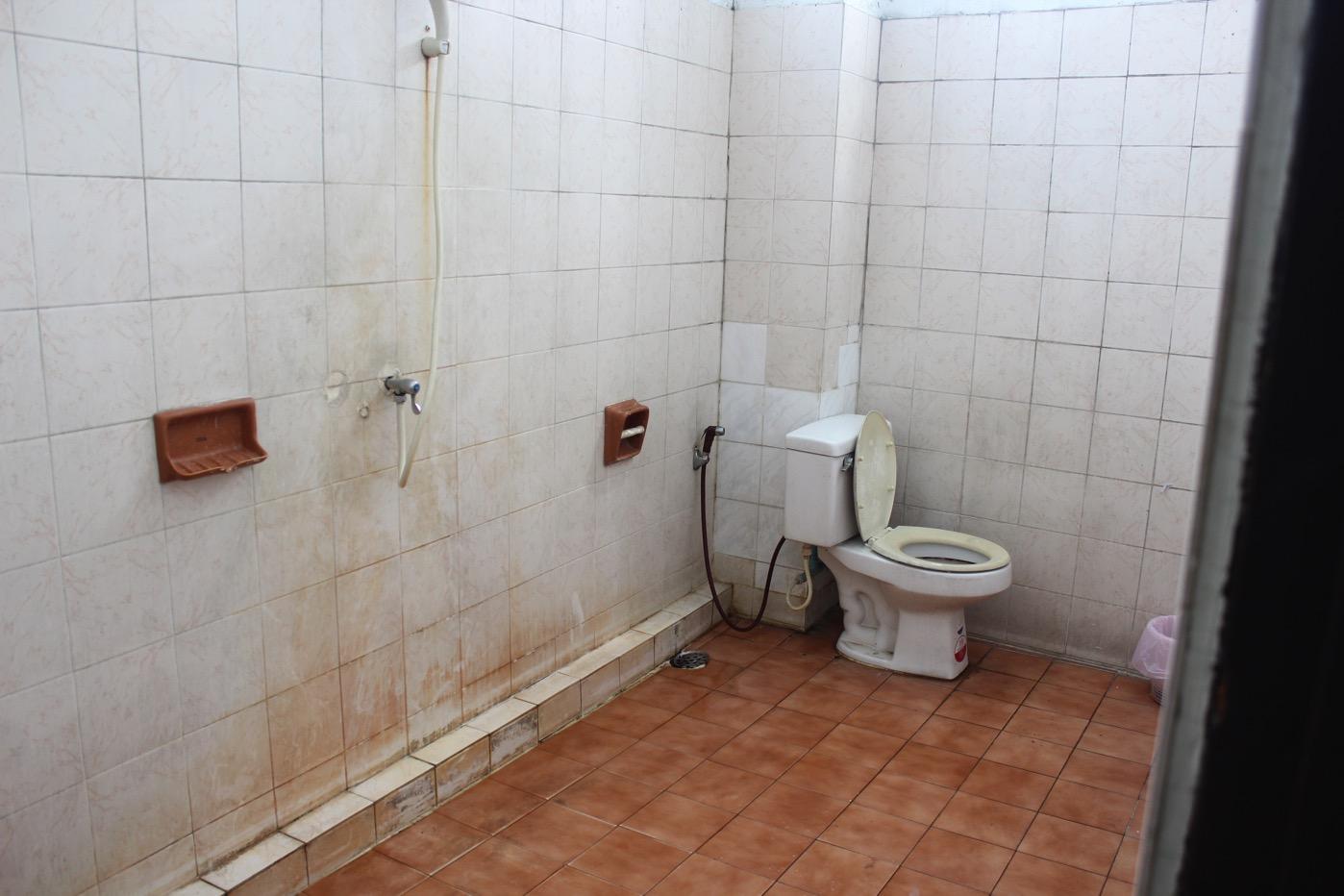 だたっぴろいトイレ兼シャワールーム。ここなら20人くらいまとめて練炭で……