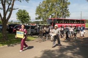 オープンキャンパス時のみ新札幌駅と札幌駅から発車している無料送迎バスに乗って本学へ。本学の学生スタッフが会場まで誘導してくれます。