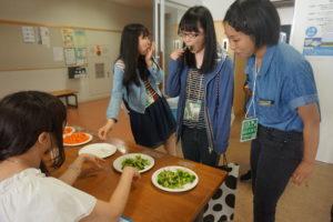 こちらは食と健康学類のイベントの様子です。ボイルしたブロッコリーと過熱水蒸気で熱したブロッコリーを食べ比べてもらいました。食べた方は甘味や硬さがぜんぜん違う!とびっくり。