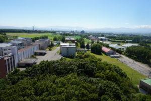 こーんな景色!この日は天気がよかったので、札幌ドームも見えました。緑が多い学校というのがお分かりいただけたかと思います。
