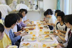 こちらは学食…いえいえい管理栄養士コースの学類イベントの様子です。実際に本学の学生が作った給食を食べてもらいました。