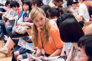 学生スタッフや職員はこのオレンジ色のポロシャツを着ています。参加者の皆さんには「何か困ったことがあればオレンジポロシャツを着た学生に話しかけてくださいね!」とお声掛け。