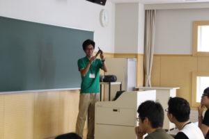 環境共生学類の会場では、福島県出身の4年生の先輩がお話ししてくれました。この先輩が所属しているのは「野生動物保護管理学研究室」です。学外へ野生動物の調査に行くことが非常に多く、体力が必要なことから学生の間ではブラックゼミなんて呼ばれることも…笑環境共生学類の学生ならではの「調査バイト」についてもお話があり、エゾシカにGPS首輪を装着するための生態捕獲も体験したそうです。その他、研究室で行っている調査内容、先輩自身が取り組んでいる卒業論文の研究内容など野生動物に興味がある方にはわくわくするような内容だったのではないでしょうか。また、環境共生学類では、近隣の小学校に出向き、外来生物の脅威や生き物を飼ったら死ぬまで飼育しようという終生飼育の大切さなどを教える環境教育も行っており、動物だけではなく人との交流もたくさんあります。ちなみにこの先輩は卒業後就職ではなく、大学院へ進学する予定です。