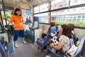ここからは各施設見学の様子を覗いてみましょう。こちらのバスはオープンキャンパス時のみ運行している学内巡回バスです。男子寮→女子寮→馬術部の間をぐるぐると回っています。もちろんスタッフがバスガイドとして乗っていますので安心です。