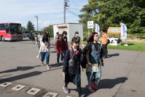 天気は見事な秋晴れでした!オープンキャンパス時には札幌駅、新札幌駅から無料送迎バスを運行しています。バスの中で学生スタッフが受付をしてくれるので、本学に到着後は受付に寄っていただく必要はありません!
