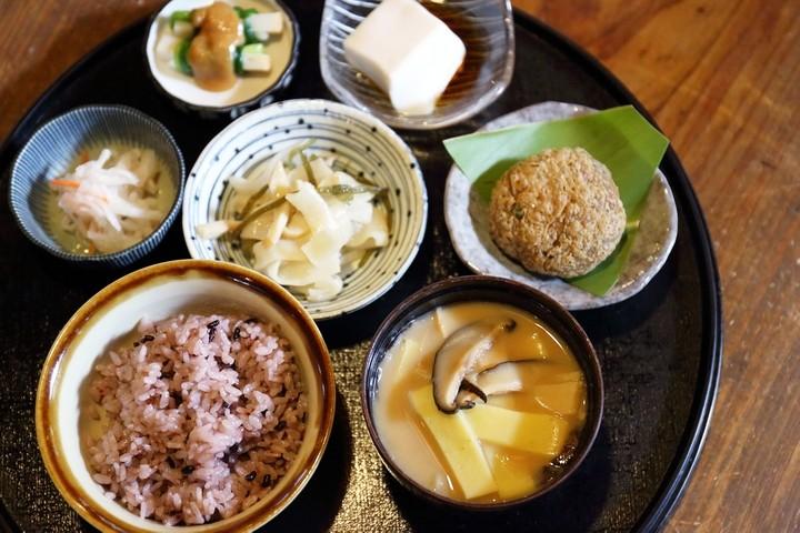 Enjoy a delicious bowl of inamuduchi miso soup at Fukuya in Shuri, established 30 years ago.