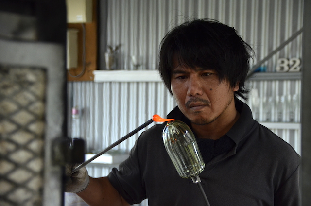 A glass artist who loves surfing glass32 in Nago City