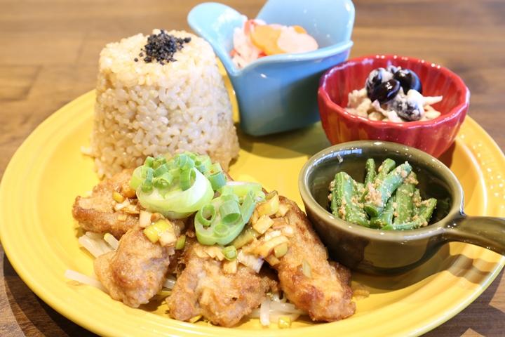 It's easier than you think. Enjoy macrobiotic food at Rakurobi Kitchen in Makabi, Naha City