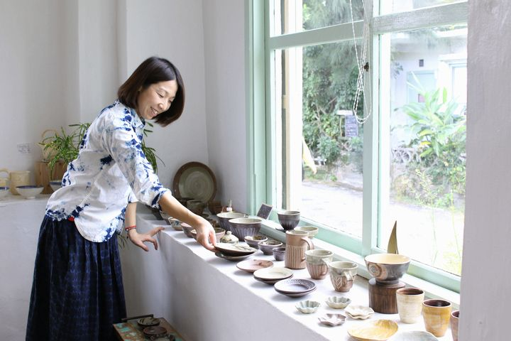 Fujii Iryouten, a stylish shop located in a former military residential area freatures clothing and Yachimun pottery that improve with age